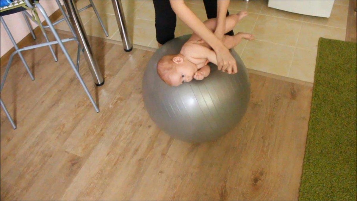 Упражнения на фитболе для грудничков - комплексы занятий для малышей 1,2,3 и 4-6 месяцев