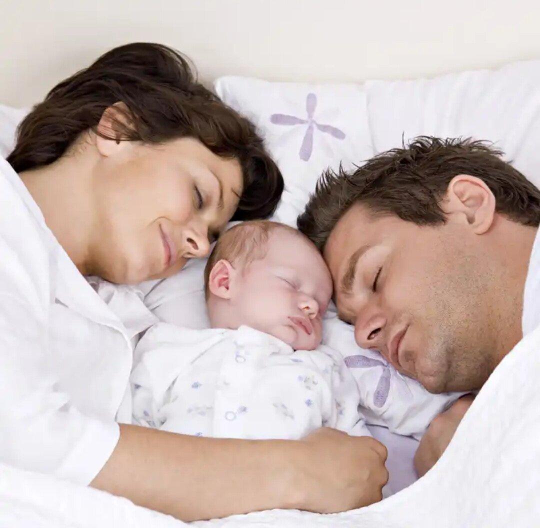 """Совместный сон родителей с новорожденным ребенком и грудничком: взвешиваем все """"за и против"""". можно ли ребенку спать вместе с мамой и почему? должны ли дети спать с родителями"""