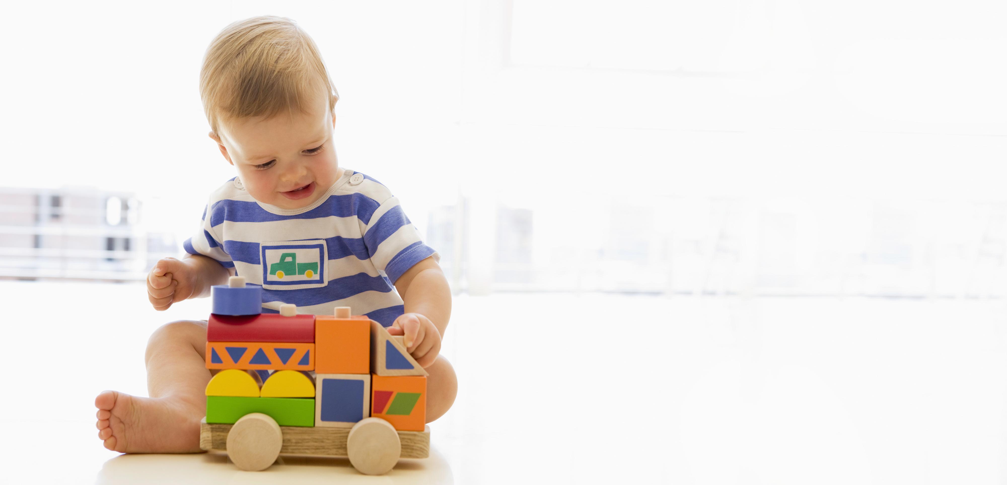 Развитие ребенкаигры и игрушки: месяц первый
