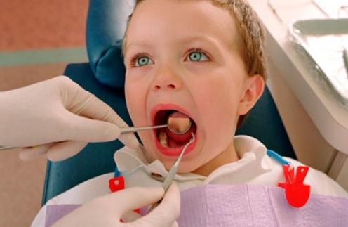 Что делать с короткой уздечкой языка или верхней губы у ребенка, обязательно ли ее подрезать и в каком возрасте?