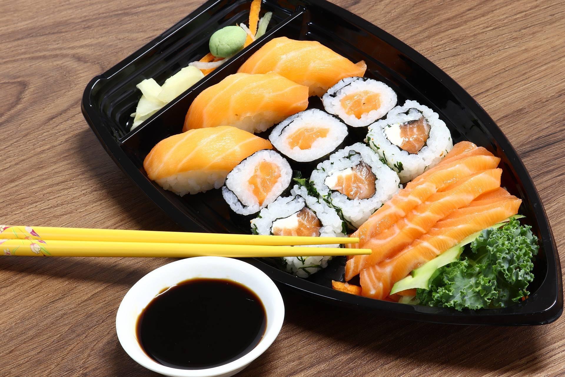Можно ли роллы и суши при грудном вскармливании, а также соевый соус, имбирь и васаби, когда и в каком количестве