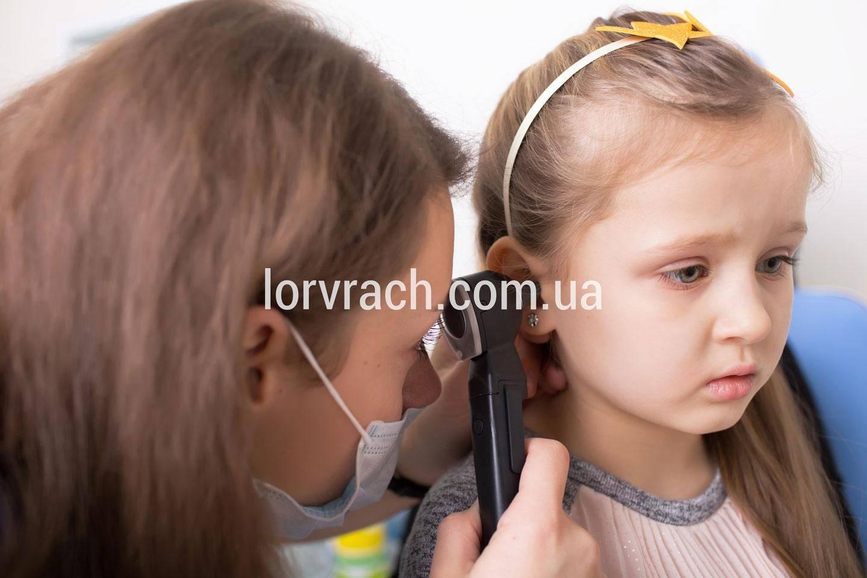 Стреляет ухо у ребенка: почему и что делать