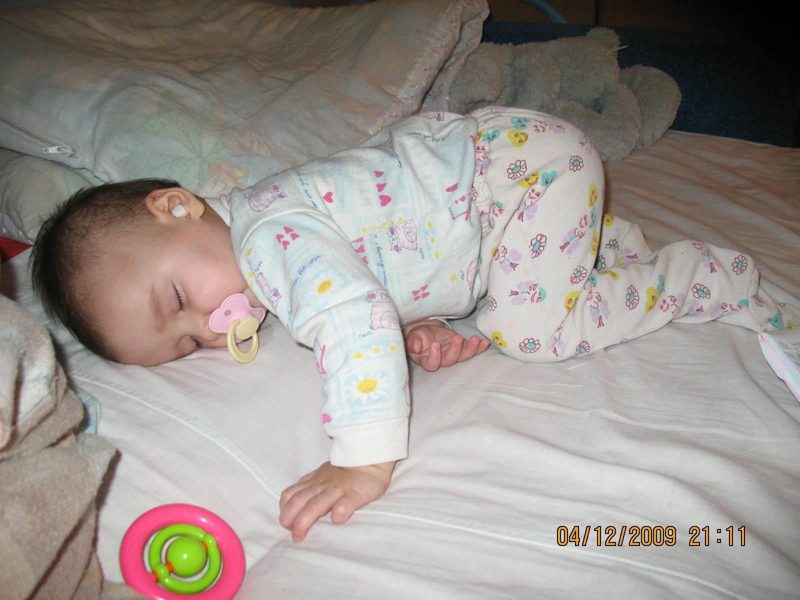 Ребенок спит на животе: можно ли новорожденному спать, подогнув ноги?