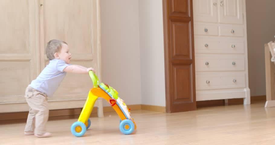 Ребенок боится ходить самостоятельно – помогаем крохе делать свои первые шаги с moy-kroha.info
