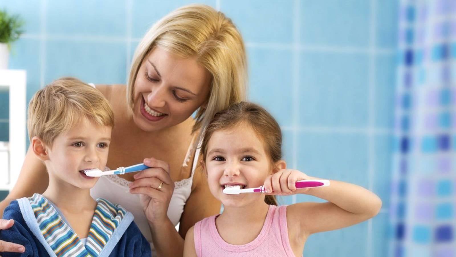 Когда начинают чистить зубы малышу: особенности ухода с первых месяцев
