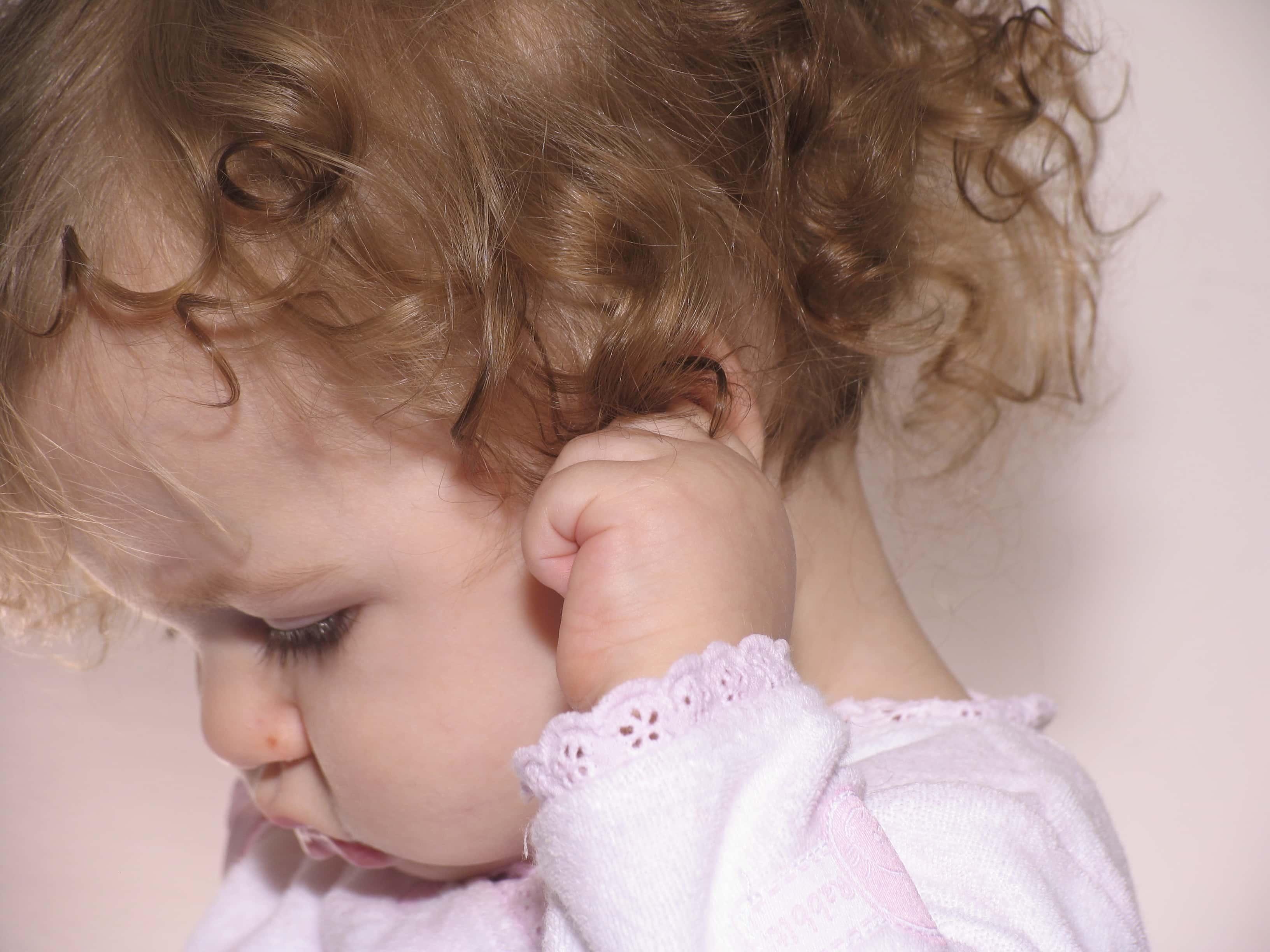 Ребёнок постоянно теребит уши: причины и лечение - здоровая семья