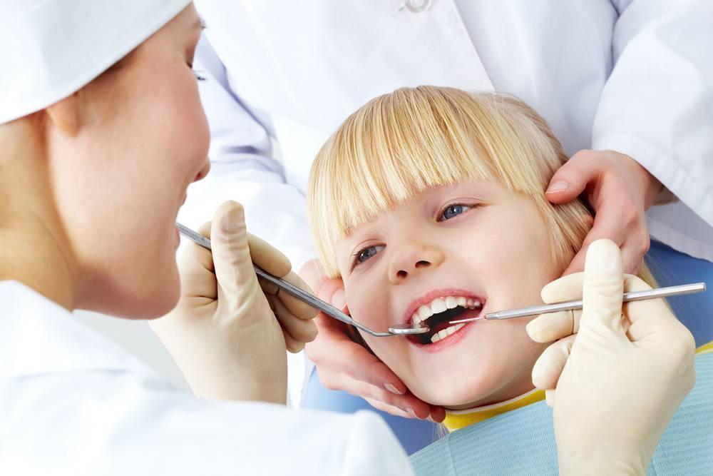 Кариес молочных зубов (12 фото): лечение, покрытие зубов, что делать