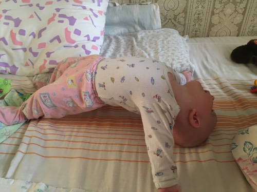 Почему грудной ребенок выгибает спину - мама