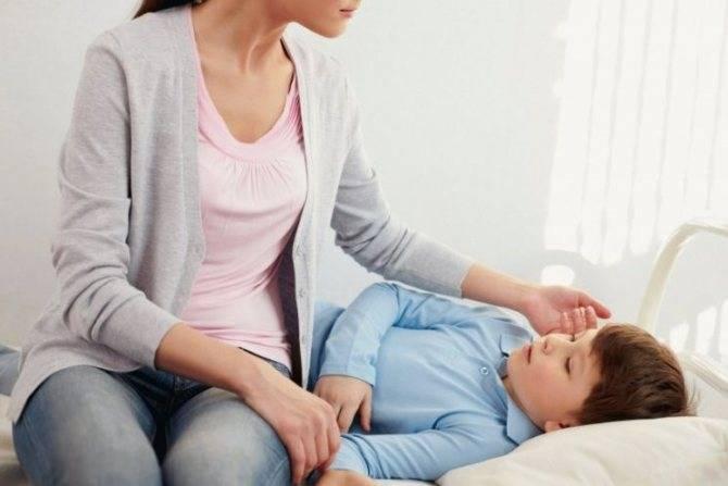 У ребенка болит живот и температура 38-39: причины и лечение