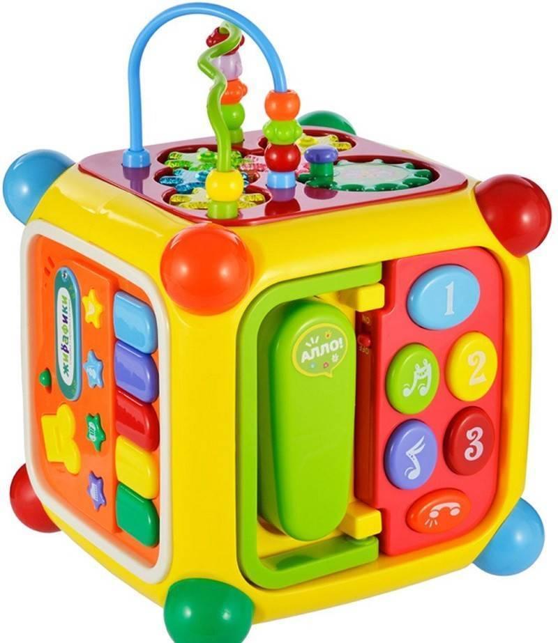Что подарить ребенку на 1 год, как порадовать кроху интересными и полезными вещами?