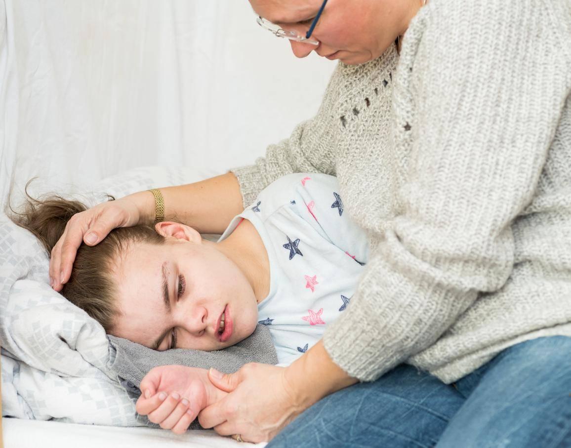 Как проявляются приступы эпилепсии у детей, чем помочь ребенку до приезда врача?