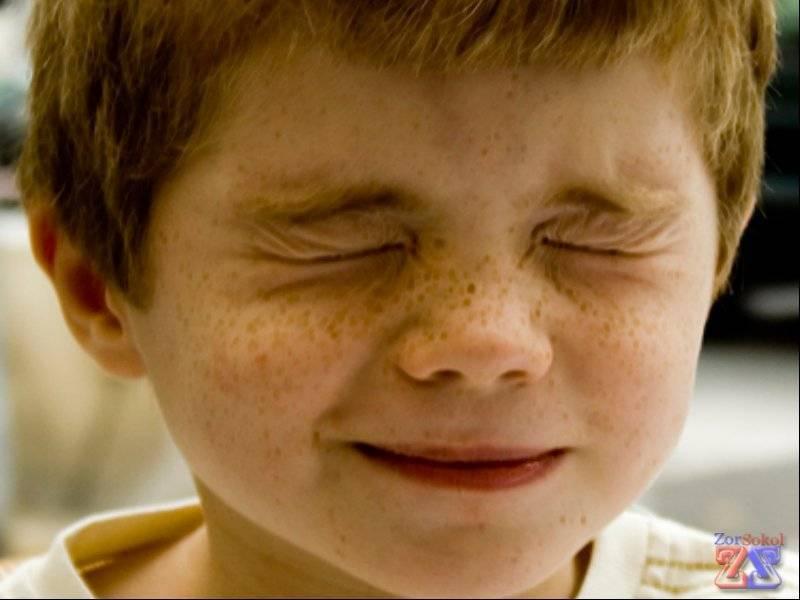 Ребенок часто моргает глазами в чем причина и как это лечиться
