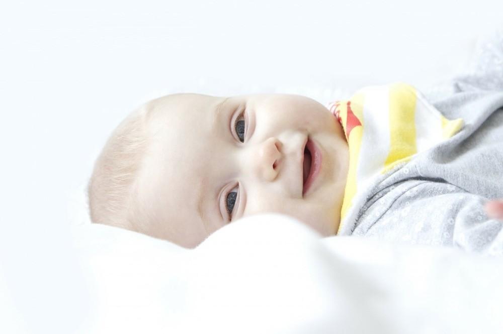 В каком возрасте младенцы начинают улыбаться
