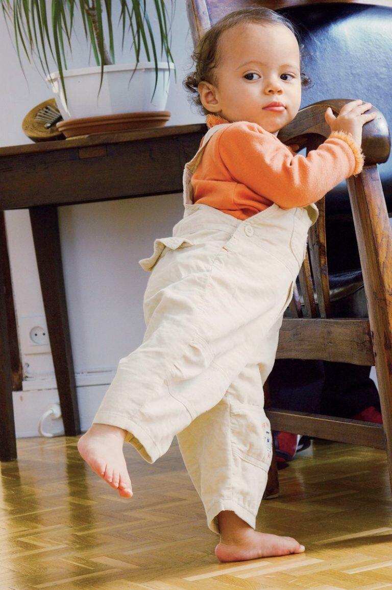 Как научить ребенка ходить самостоятельно, во сколько месяцев дети начинают ходить