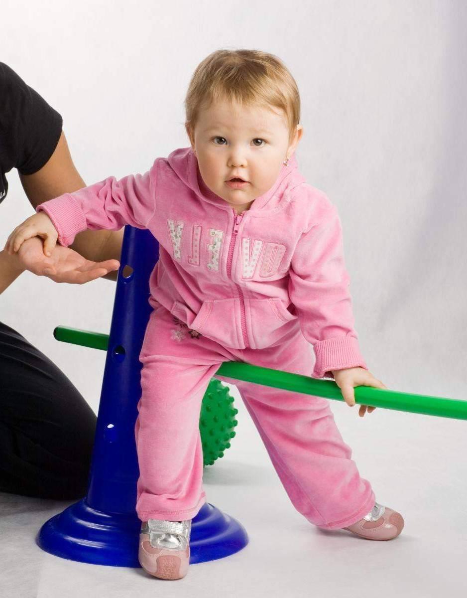 Как ребенок начинает ходить самостоятельно. первые шаги ребенка: когда детки начинают ходить и как научить малыша передвигаться самостоятельно без поддержки? видео консультация: в каком возрасте дети начинают ходить и как их этому правильно научить