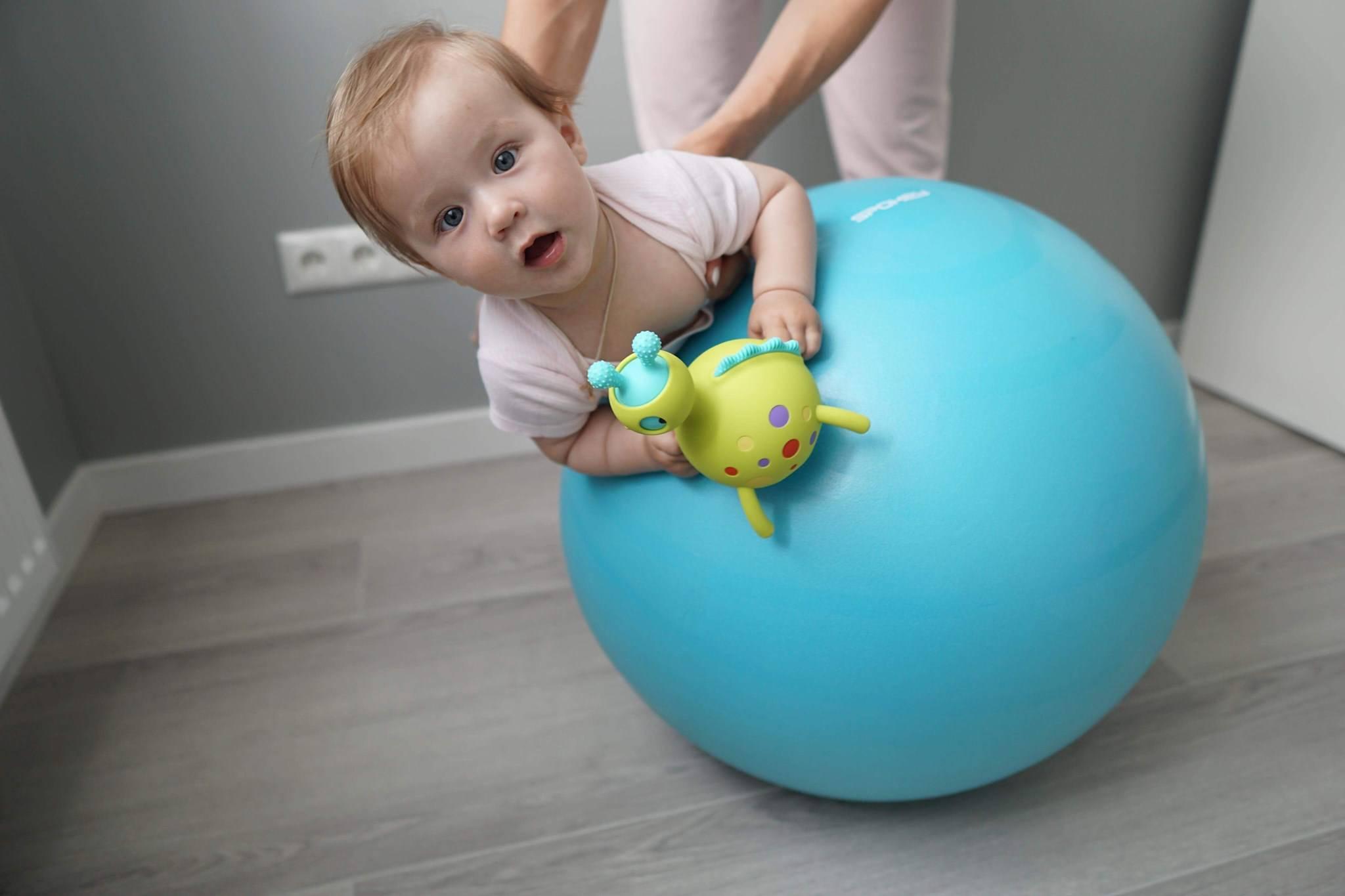 Фитбол для грудничка – основные правила и упражнения