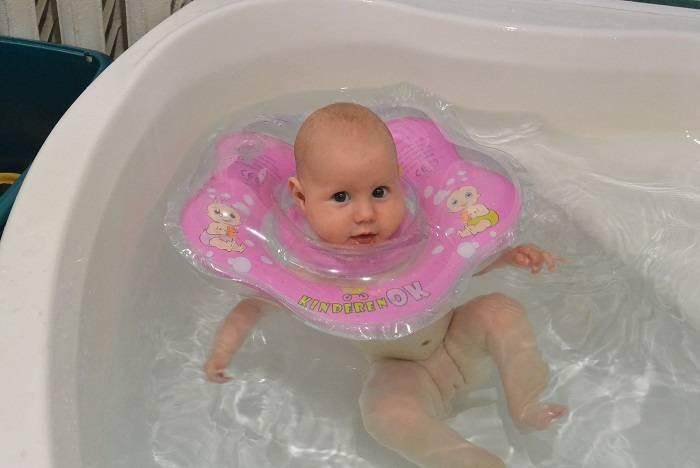 Круг для купания новорожденных: со скольки месяцев, как одеть и выбрать