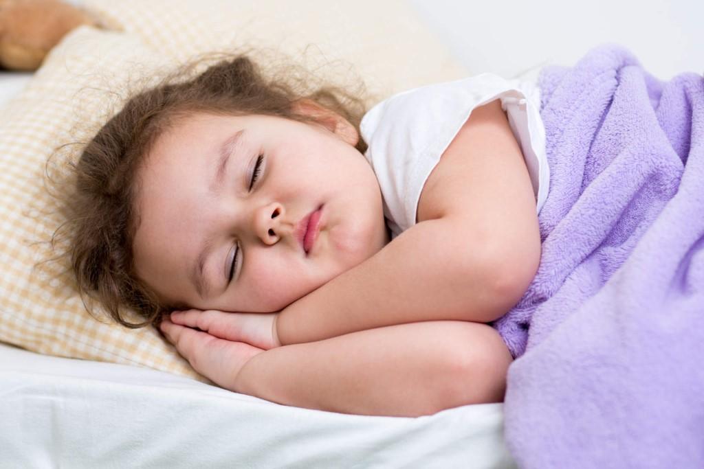 Почему ребенок скрипит зубами во сне: основные причины и способы лечения бруксизма у детей