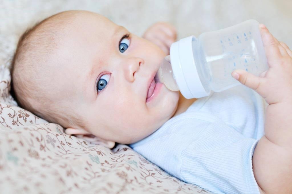 Причины срыгивания смесью детей после кормления: можно ли срыгивать от смеси