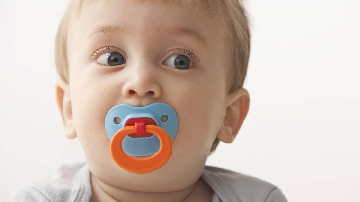 Какую пустышку выбрать для новорожденного: латекс или силикон