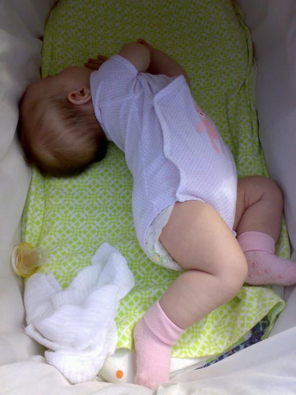 Все возможные причины потливости малыша во время сна