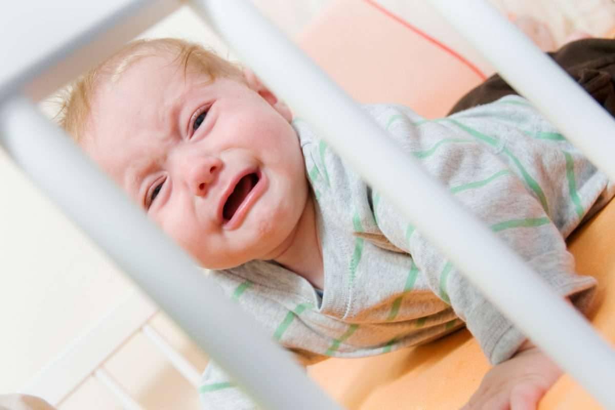 Ребенок плачет перед сном - причины истерик перед вечерним сном