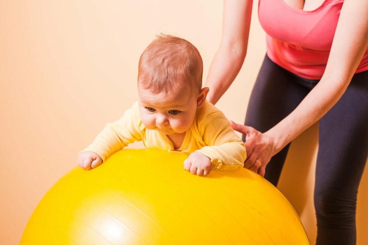 Упражнения на фитболе для грудничков 2, 3, 4, 5, 6 месяцев, видео. как выбрать размер мяча, какой, где купить. цена