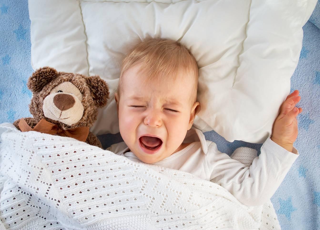 Судороги у новорожденного ребенка во время сна: причины, что делать