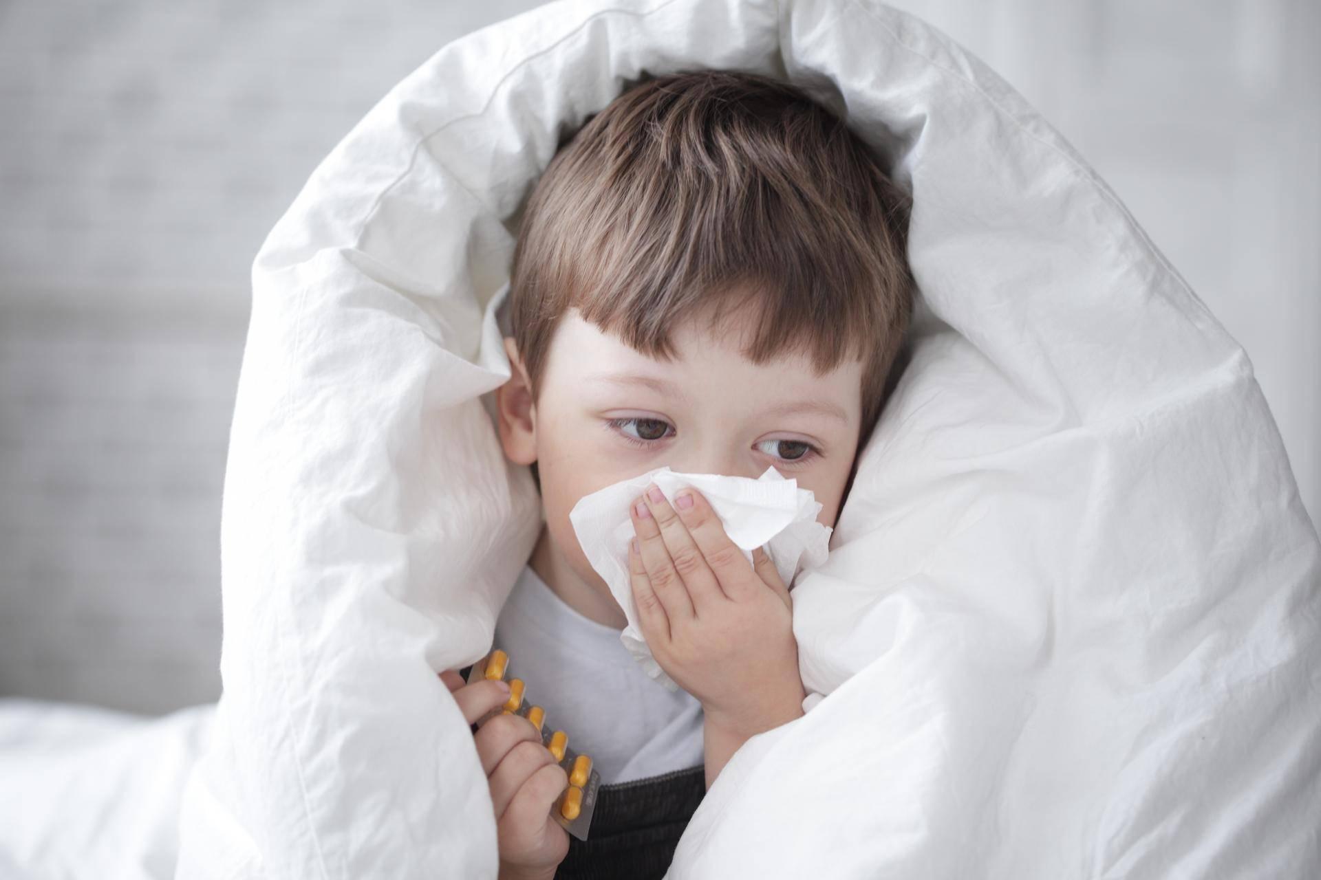 Орви у грудничка (как лечить заложенность носа, кашель у младенцев, мнение комаровского, сколько держится насморк и температура)