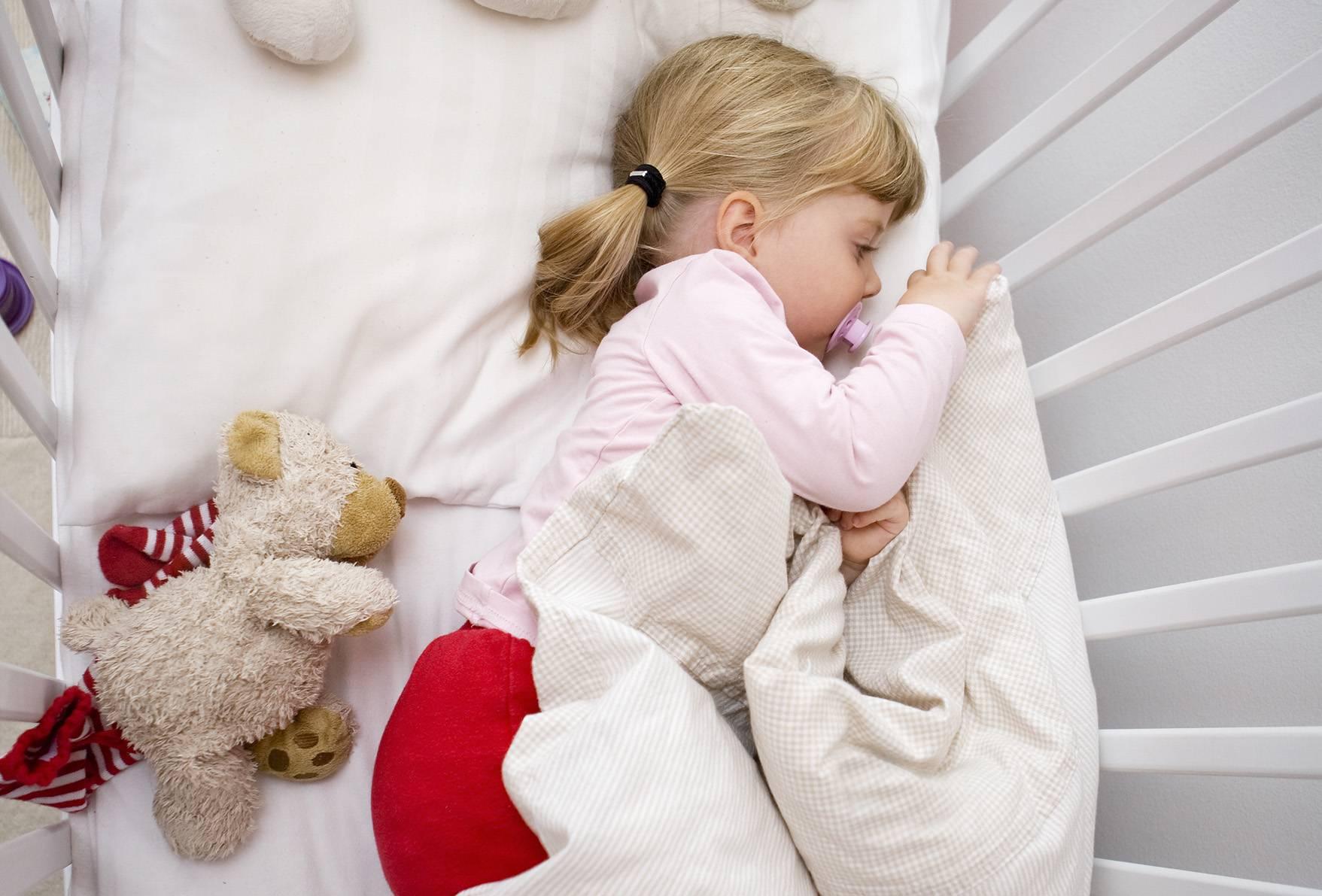 Почему ребенок сильно плачет перед сном? почему грудничок сильно плачет перед сном: причины и способы наладить ночное укладывание ребенка грудничок перед тем как заснуть сильно плачет.