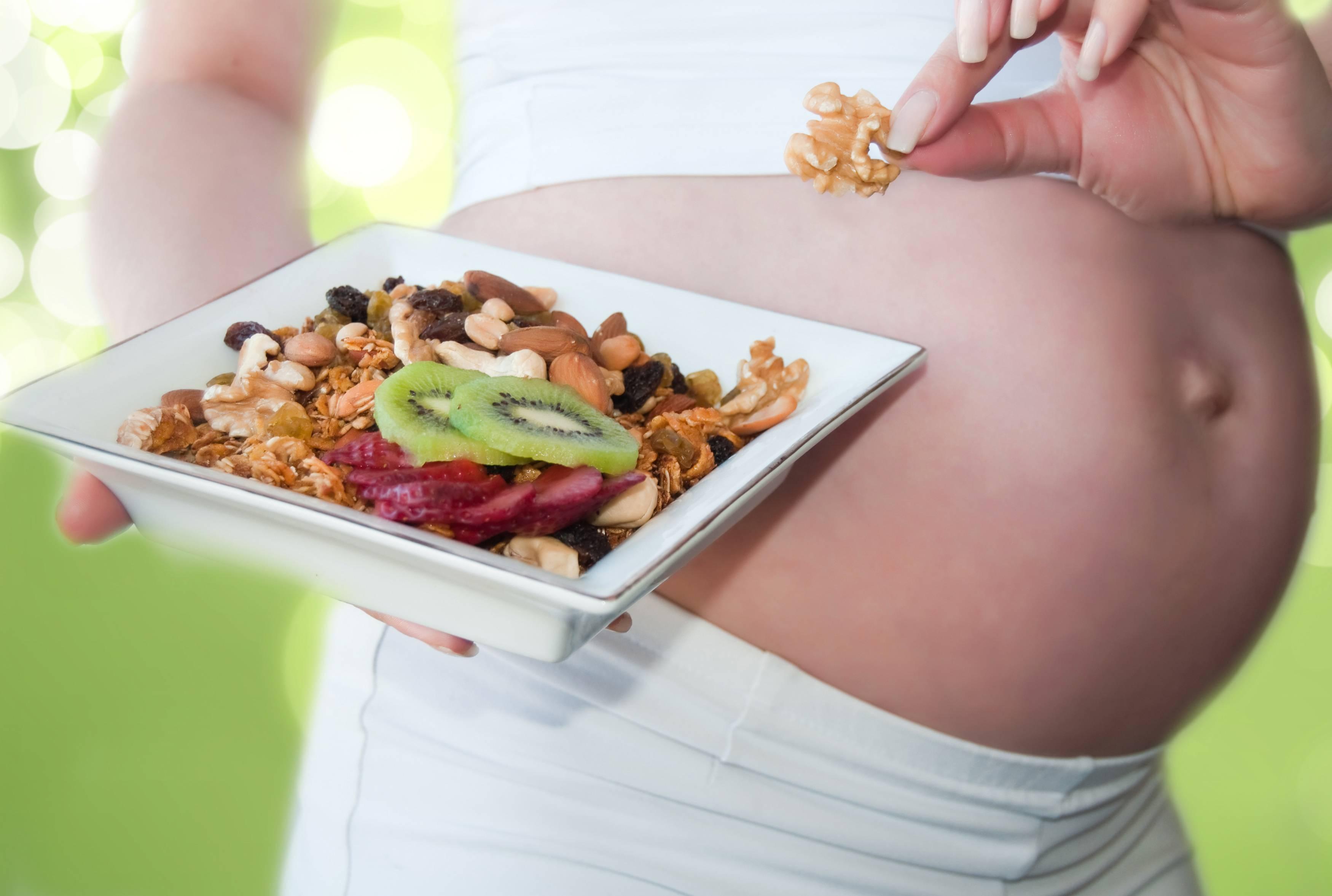 Можно ли хурму беременным: польза и вред по триместрам