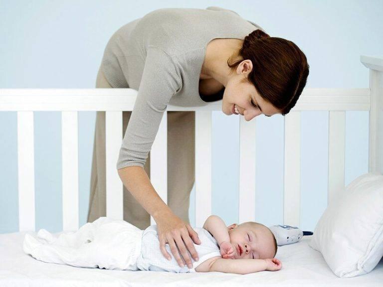 Почему новорожденный кряхтит, вздрагивает или плачет во сне