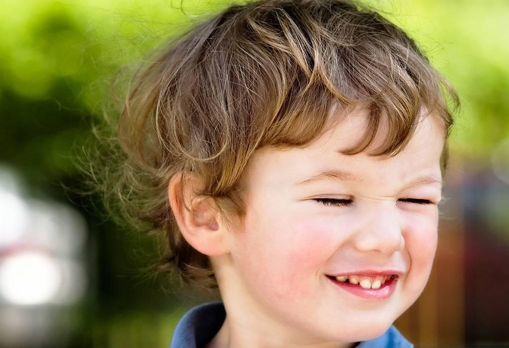 Почему ребенок начал моргать глазами причины и лечение? - все о детях