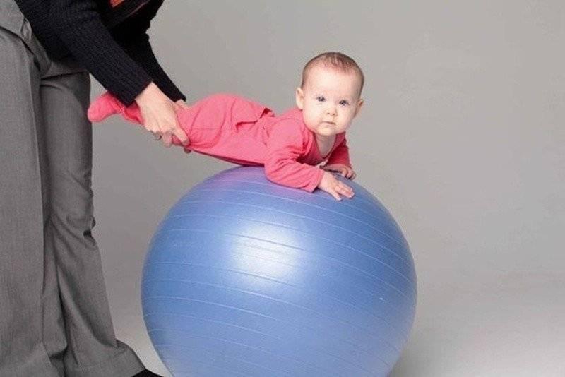 Занятия на фитболе для грудничков 1-3, 4-6 месяцев, детей до года. упражнения при дисплазии, мышечной дистонии. как выбрать размер мяча, советы комаровского