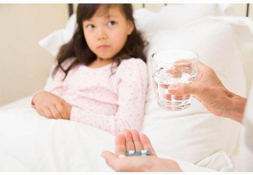 Ребенка тошнит и болит живот после еды, возможные причины и лечение