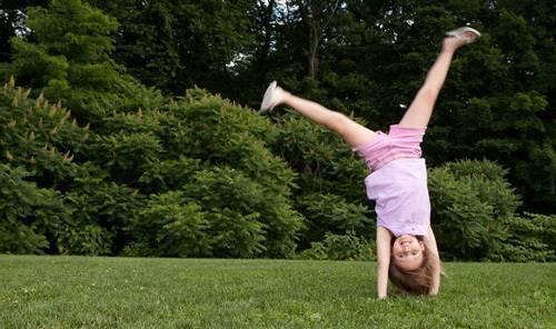 Как научить ребёнка делать упражнение колесо правильно?
