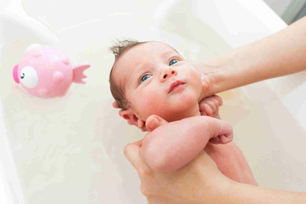 Как купать новорожденного | уроки для мам