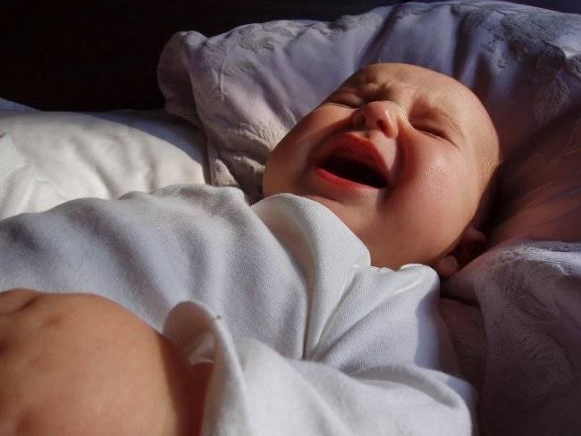 Грудничок кряхтит и тужится во сне