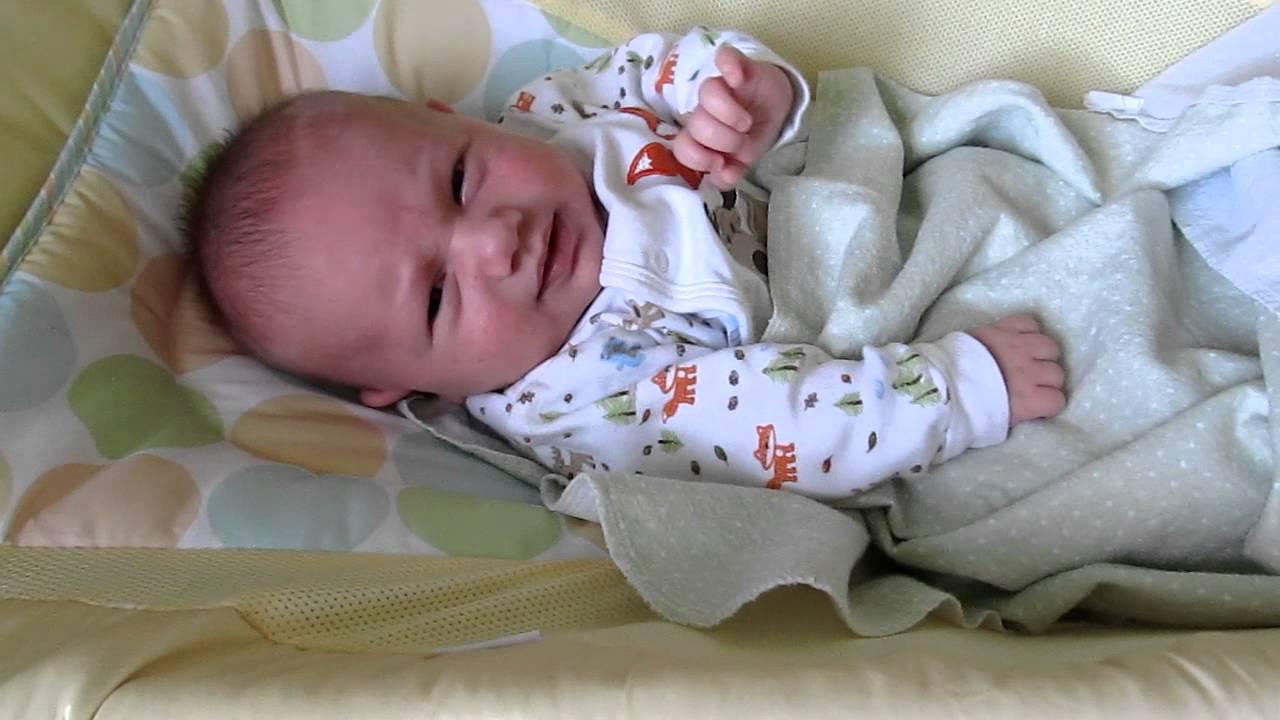 Новорожденный кряхтит и тужится во сне: причины и решение