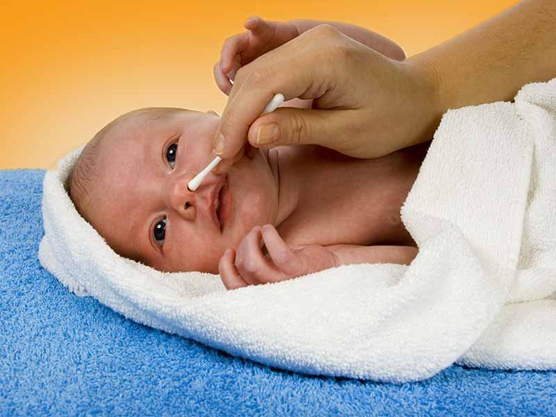Как почистить нос новорожденному от козявок - всё о грудничках