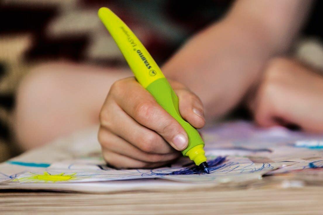 Как быстро научить ребенка держать карандаш и ручку: простые способы обучения письму. эффективные приемы обучения. простые способы научить ребёнка правильно держать письменные принадлежности