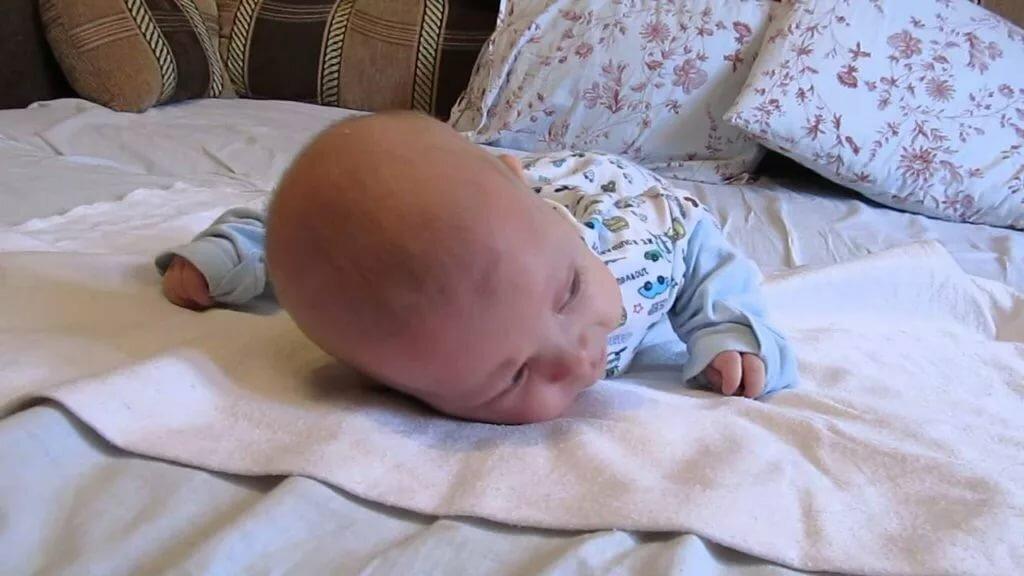Когда новорожденного пора выкладывать на животик, сколько можно так лежать и стоит ли делать это после еды?