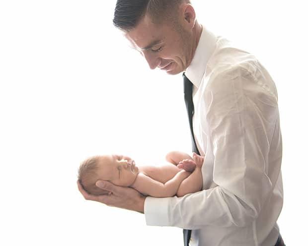 Учимся правильно держать ребенка столбиком. как правильно держать новорожденных: изучаем позу «столбиком» после кормления, способы поддержки при подмывании
