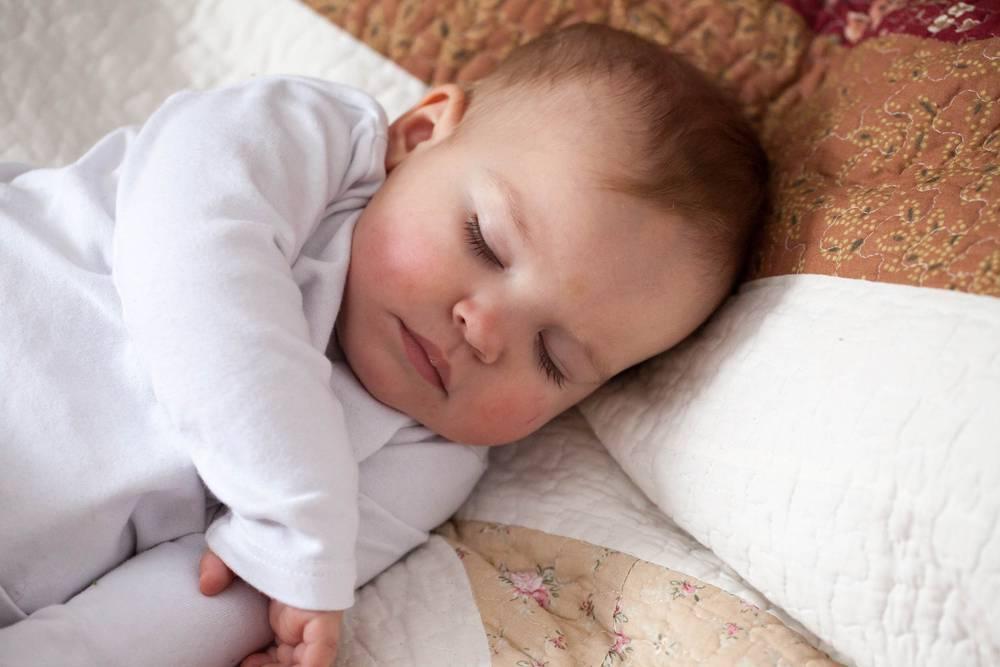 Годовалый ребенок беспокойно спит по ночам: в чем причина
