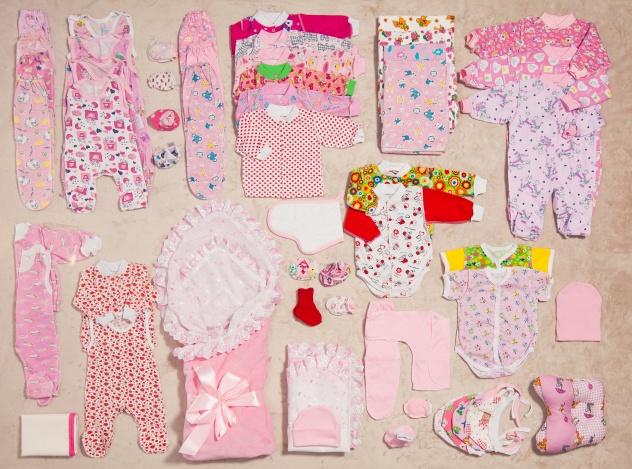Какую одежду купить новорожденному на первое время, а какую не покупать?