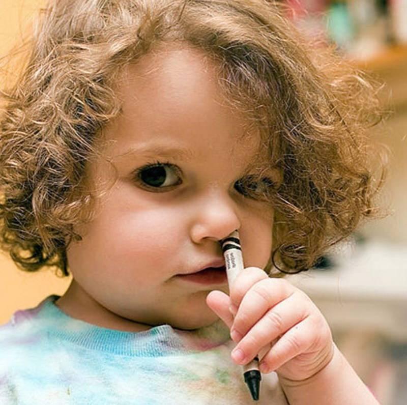 Что делать, если ребенок засунул в ухо посторонний предмет?