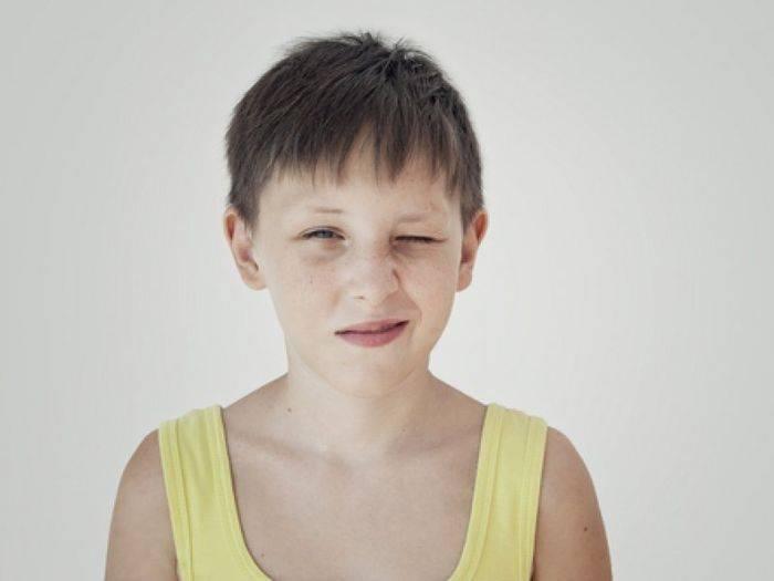 Почему ребенок часто моргает глазами и жмурится