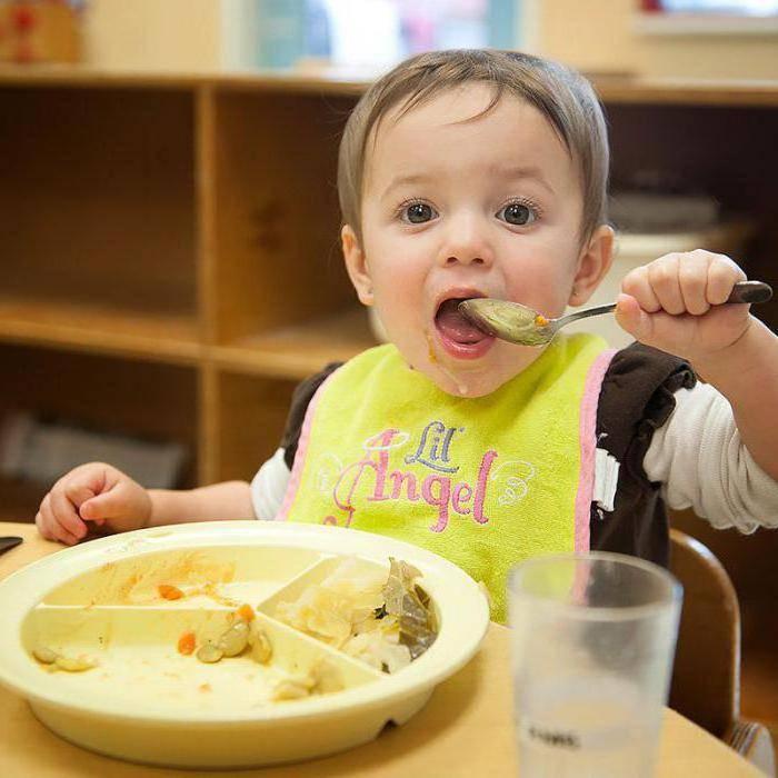 Как научить ребенка жевать твердую пищу? как приучить есть и когда можно давать, если он давится при кормлении, советы комаровского