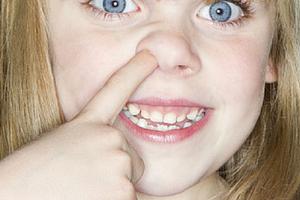 Грудничок все время трет носик: возможные причины, что делать родителям