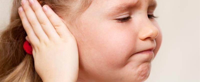 Ребенка из уха вытекает кровь. почему при чистке ушей у ребенка может пойти кровь и что при этом делать